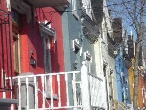 Cottages de la « Place Comte », rue Drolet entre les rues Duluth et Roy, construits en 1873, par le zouave pontifical et homme d'affaires Gustave-Adolphe Drolet, pour stimuler la construction dans un vaste projet immobilier à Saint-Jean-Baptiste.  Photo, Bernard Vallée, 2006.