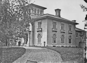 Villa Rockfield (Logan House), résidence de James Logan (av. 1796-1865) et de son frère le grand scientifique Sir Willam E. Logan (1798-1875) ; elle était située au milieu de l'actuelle rue Garnier, au sud de l'avenue du Mont-Royal. Photographe : Weston, T.C., Bibliothèque et Archives Canada PA-050934.