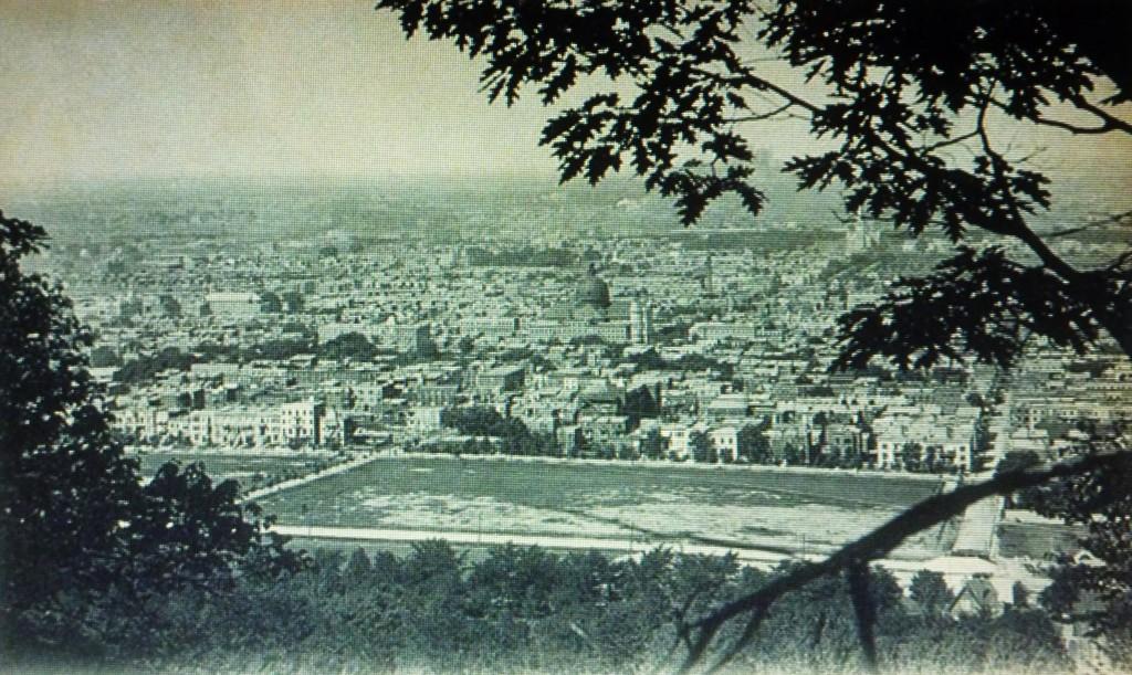 Montréal, vers 1905-1910. Panorama de Saint-Jean-Baptiste vu du Mont-Royal. Au centre, la deuxième église paroissiale avec son dôme. Elle va brûler en 1911.