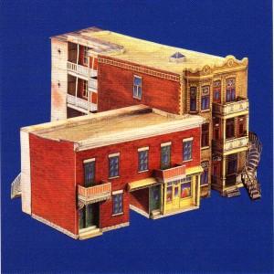 Deux maison types de l'évolution de l'architecture résidentielle sur le Plateau Mont-Royal : le duplex à porte cochère et le triplex à escaliers extérieurs. (maquettes construites à partir de « Maisons ouvrières de Montréal», Bernard Vallée, L'Autre Montréal, 1992.  Deux maquettes à découper et à assembler, avec notes historiques)