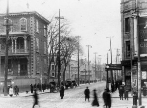 Rue Sainte-Catherine vers l'est à l'intersection de la rue Saint-Denis (et non de la rue Berri), après 1916. Archives de la Ville de Montréal (VM98-Y_5P025).