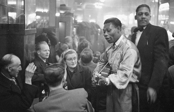 Lord Caresser, fameux chanteur de calypso, au cabaret Rockhead's Paradise, 1951. BAC.