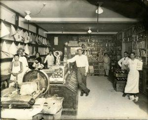 Intérieur de l'épicerie de M. Lembo sur la rue Dante à Montréal, 1910. BAnQ.