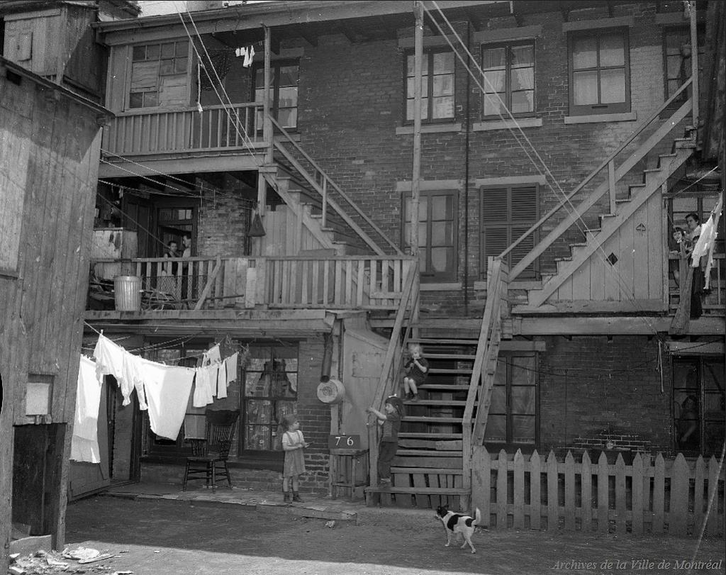 Secteur du Red Light en 1957, détruit pour la construction du Plan Dozois. Archives de Montréal.