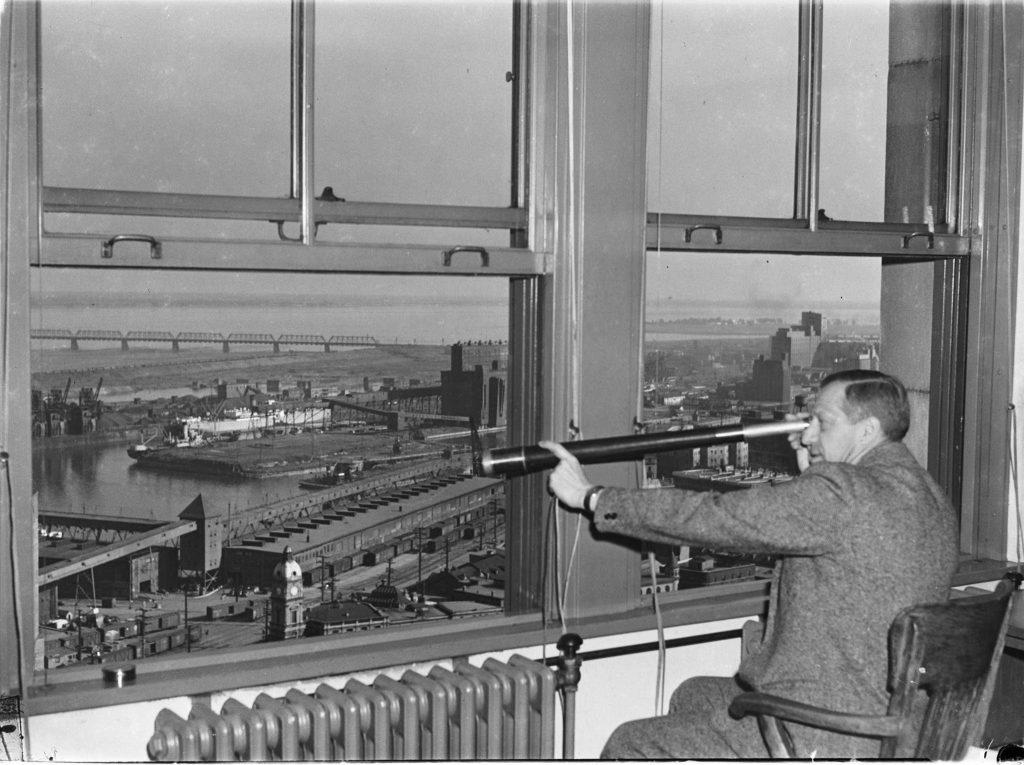 Longue-vue sur le port, années 1950. Archives de Montréal