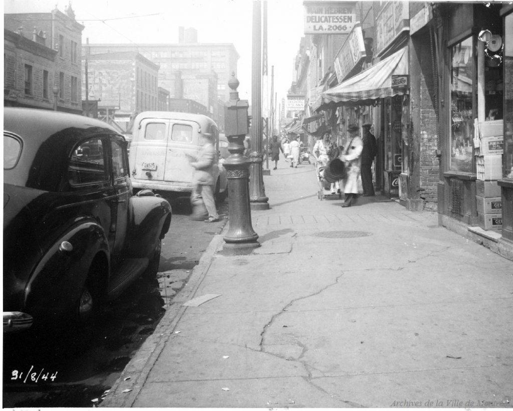 Le boulevard Saint-Laurent près du restaurant Schwartz, 1944. Archives de Montréal.