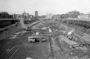 Construction de l'autoroute Est-Ouest (Ville-Marie), 1969. Antoine Désilets. BAnQ, 06M-P697S1SS1SSS08D017-153.