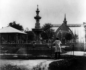 Fontaine, kiosque à musique et serre du square Viger, vers 1875. William Notman, Musée McCord, VIEW-561.1.