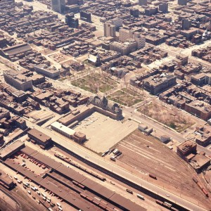Le square Viger en 1964, avant le creusement du métro et de l'autoroute. On observe l'élargissement de la rue Berri. Archives de Montréal, VM94-Ad9-35.