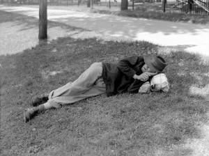 Sieste au square Viger, 1944. Fond Conrad Poirier.  BAnQ, P48-S1-P10463.