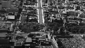 Vue aérienne du square Viger lors du démentellement du secteur ouest pour le passage du métro, 1966. Henri Rémillard. Archives de Montréal, VM94-B28-001.