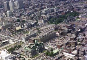 Le square Viger après le passage du métro et de l'autoroute en 1975. La place Viger a perdu sa couronne de résidences ; la section ouest du square est devenue un stationnement. Rhéal Benny. Archives de Montréal, VM094-B181-005.