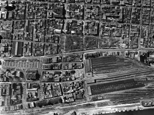 Vue aérienne du square Viger, 1947-1949. Archives de Montréal, VM97-3_7P7-34.