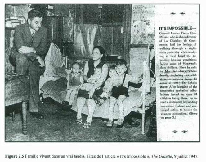 Le président du comité exécutif de la Ville de Montréal, Pierre Desmarais, visite une famille vivant dans un taudis.