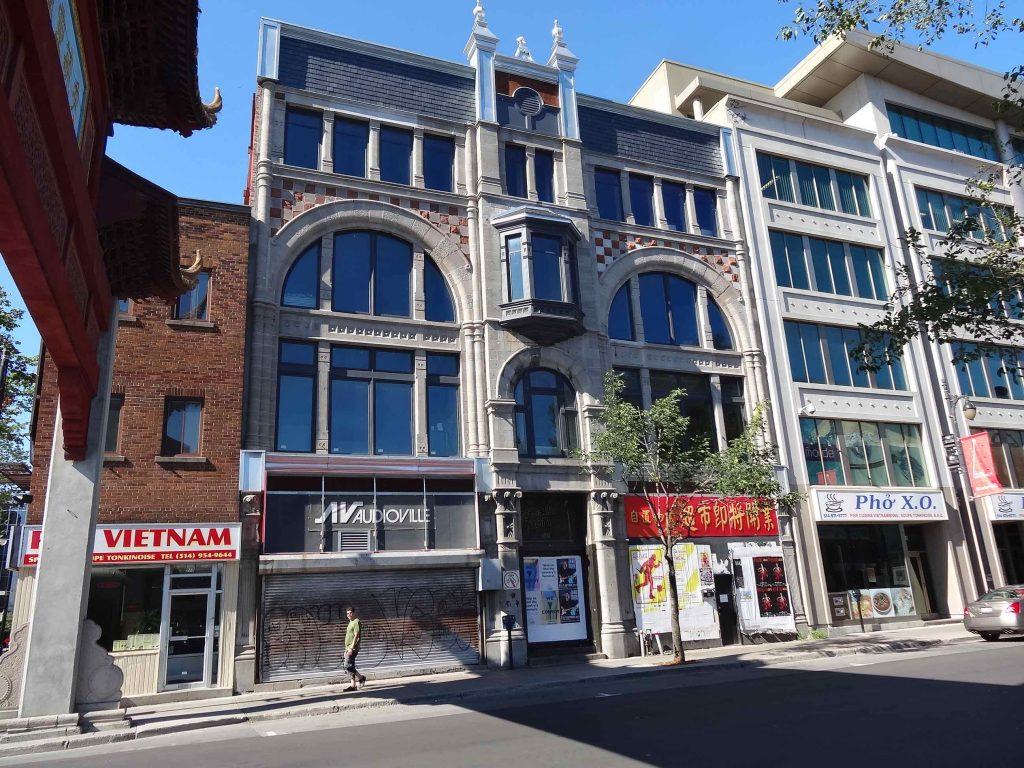 L'édifice Robillard en 2013, après la construction de l'édifice voisin sans qualité et la restauration de la façade. (Photo : Bernard Vallée)