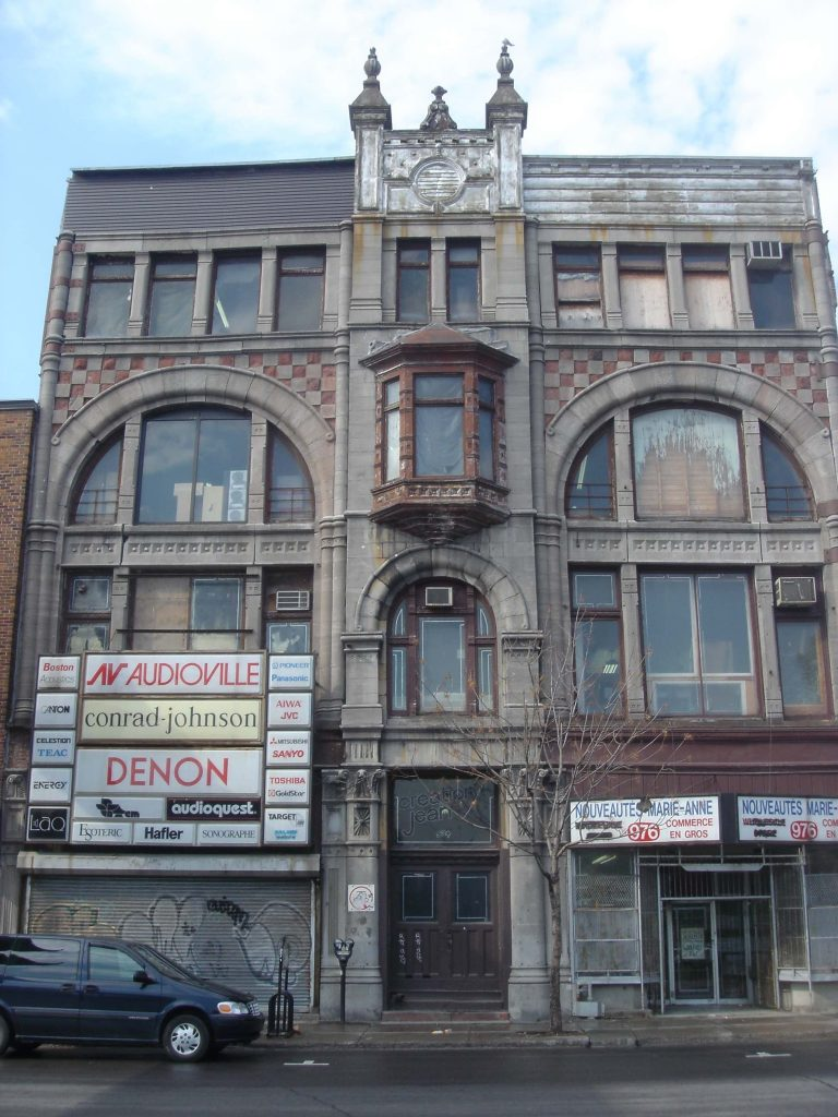 L'édifice Robillard en 2009, avant la construction de l'édifice voisin et avant la restauration e la façade. (Photo : Bernard Vallée)