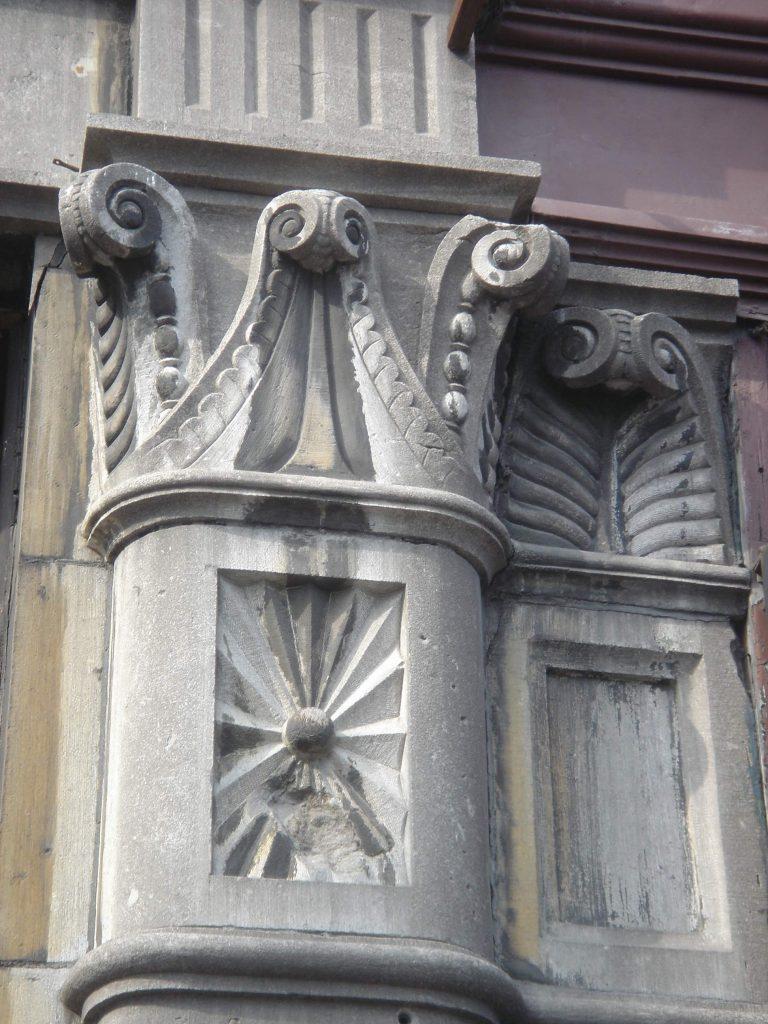 Chapiteau d'un pilastre de l'édifice Robillard en 2009, avant restauration de la façade. (Photo : Bernard Vallée)