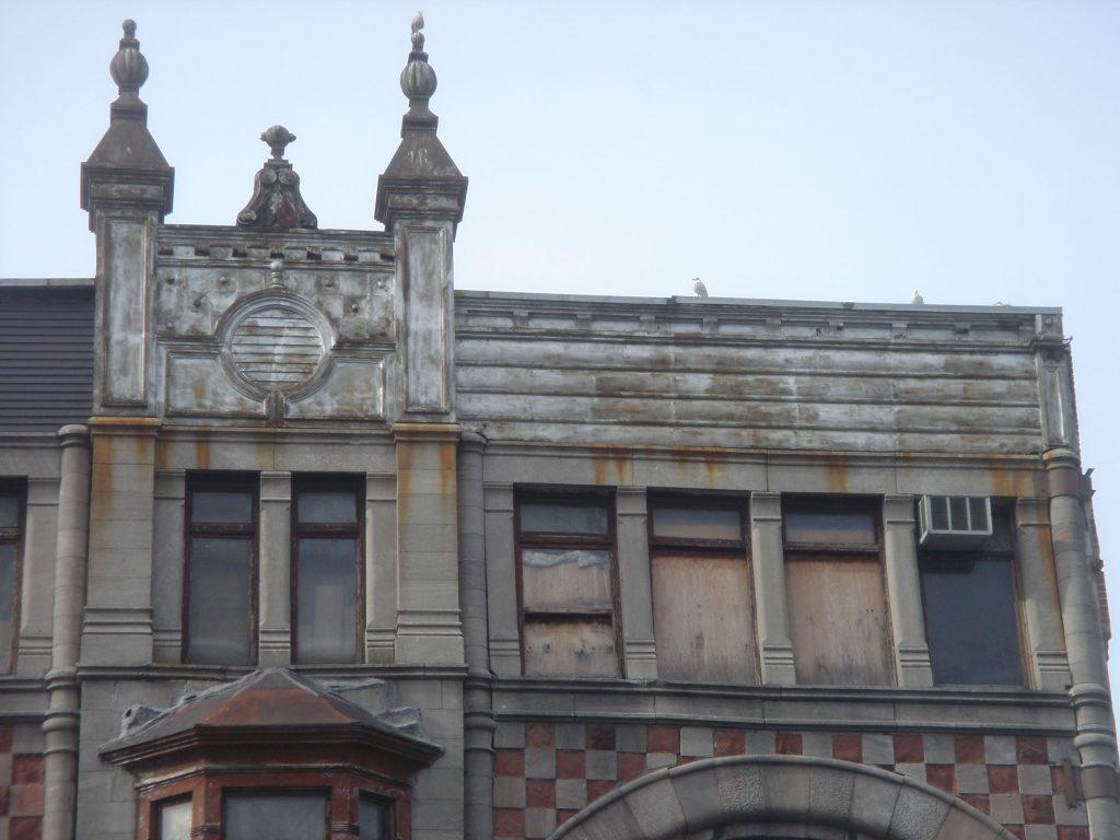 Couronnement de l'édifice Robillard en 2009, avant restauration de la façade. (Photo : Bernard Vallée)