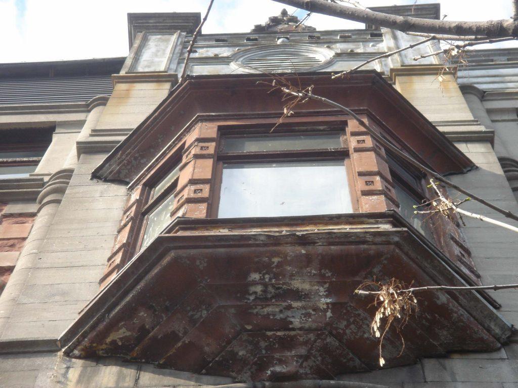Fenêtre en saillie de la façade de l'édifice Robillard en 2009, avant restauration de la façade. (Photo : Bernard Vallée)