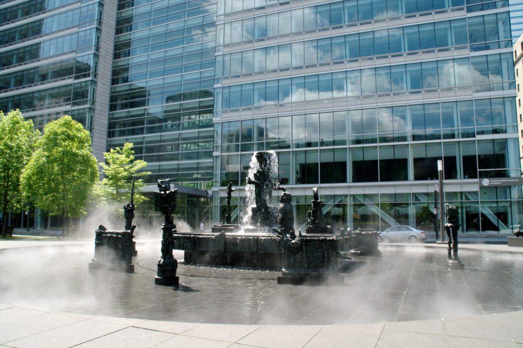 Place Jean-Paul-Riopelle et édifice Jacques-Parizeau de la Caisse de dépôt et placement du Québec.